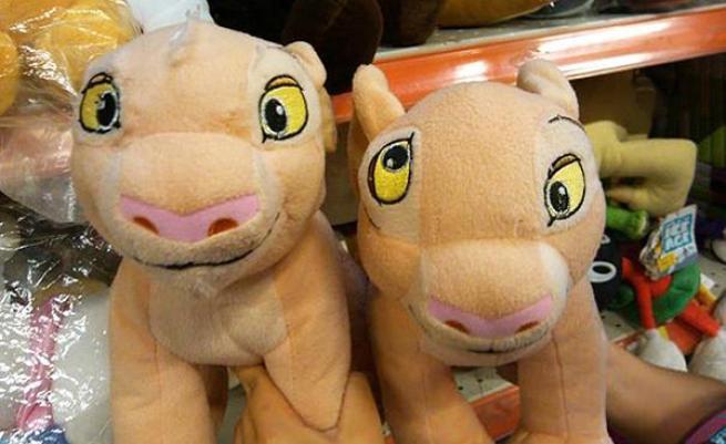 peluches de el rey león con los ojos mal colocados