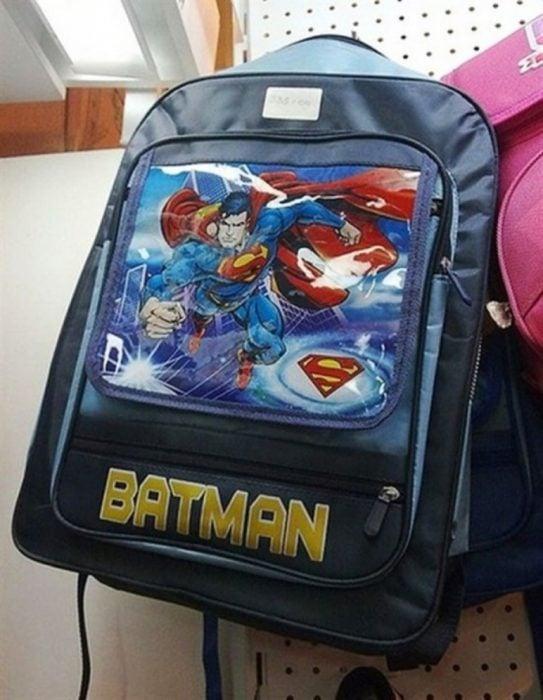 mochila con imagen de superman y título de batman