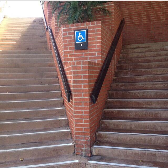 letrero de discapacidad mal colocado