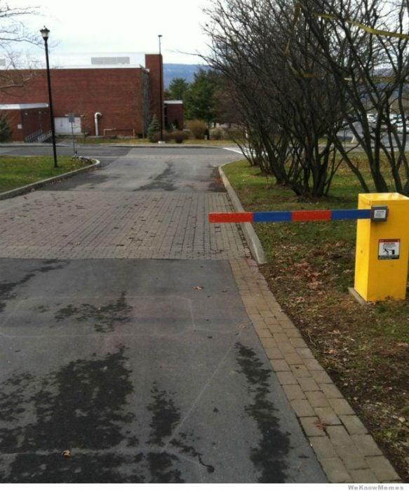flecha de estacionamiento mal colocada