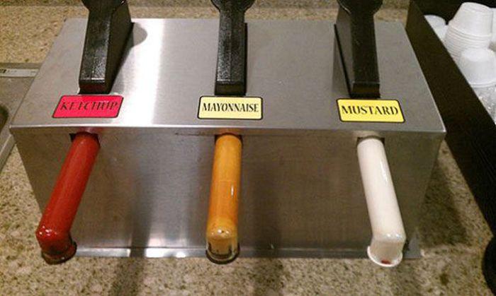 dispensador de mayonesa y mostaza mal colocados