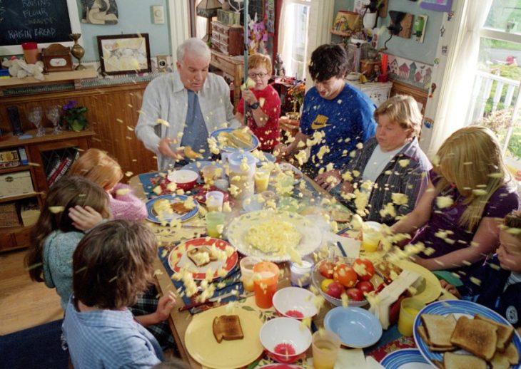 familia numerosa comiendo