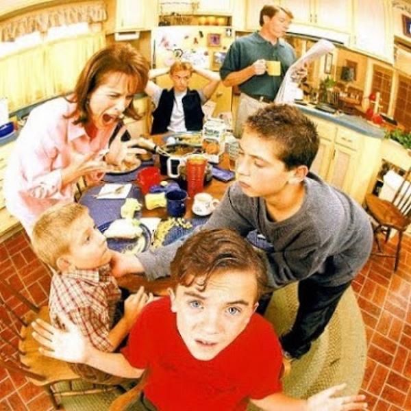 familia numerosa en el comedor con mamá enojada