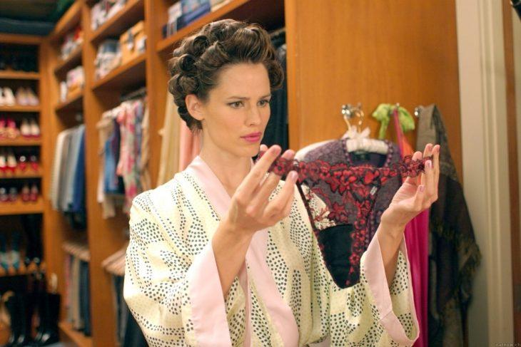 Mujer viendo ropa interior