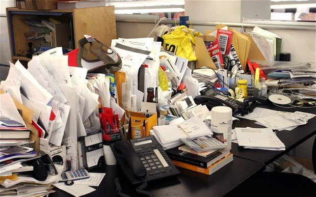 imagen escritorio saturado y desordenado