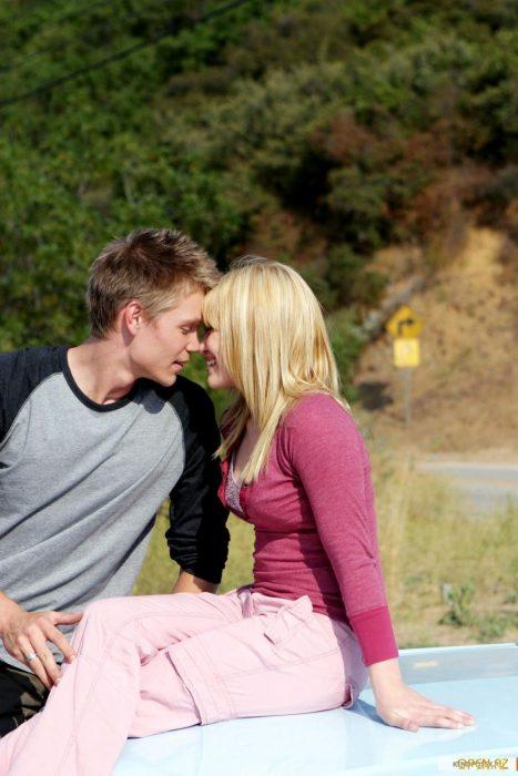 Escena de la película una moderna cenicienta chicos sentados en un auto besándose