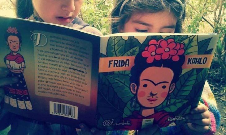 Niños leyendo libro Frida Kahlo colección Antiprincesas