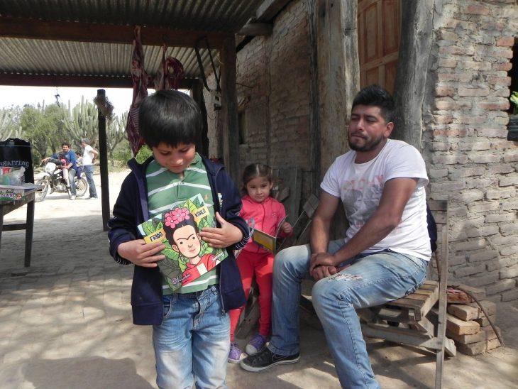 niño con libro colección antiprincesas