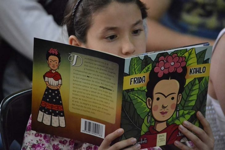 Niña lee libro colección antiprincesas Frida Kahlo