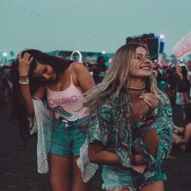 chicas bailando en festival