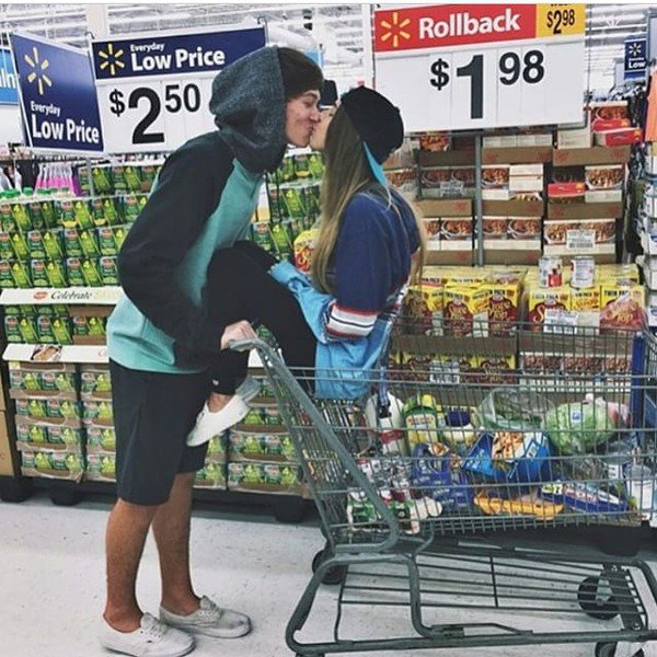 pareja se divierte en supermercado