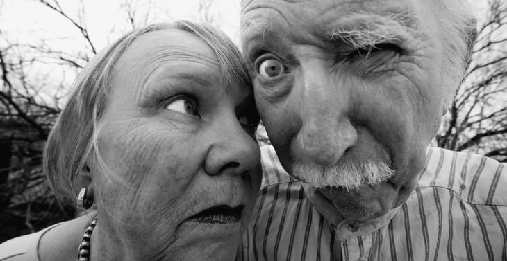 pareja mayor divertida