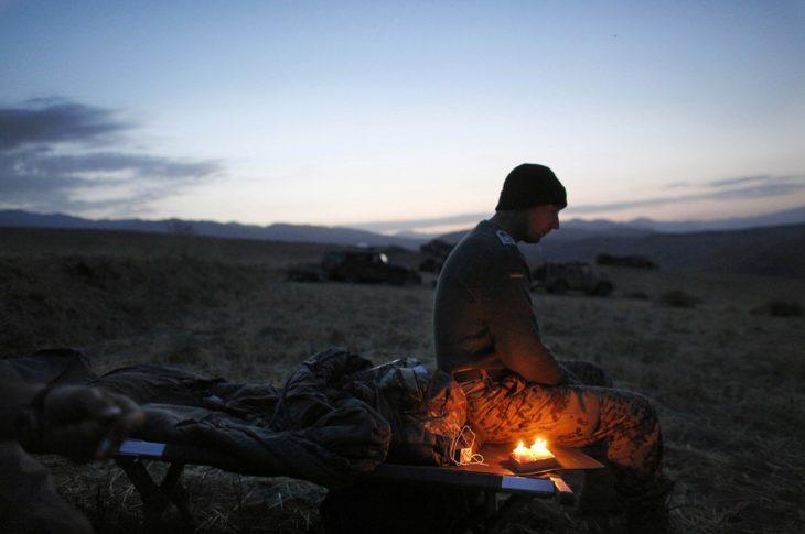 soldado celebra su cumpleaños en Afganistán