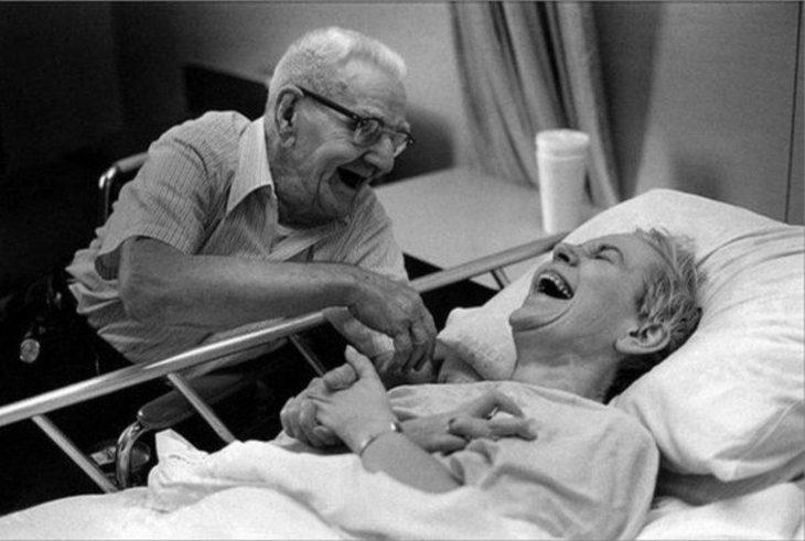 pareja adultos mayores en hospital