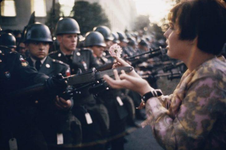 pacifista coloca flor en bayoneta de guardias durante protesta de Vietnam