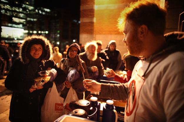 voluntarios alimentan gente en Londres