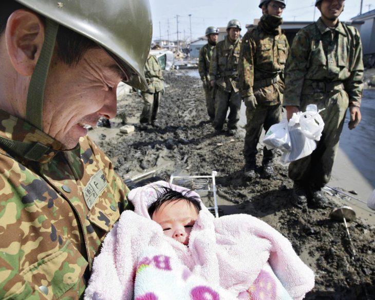 bebé rescatada durante tsunami en Japón