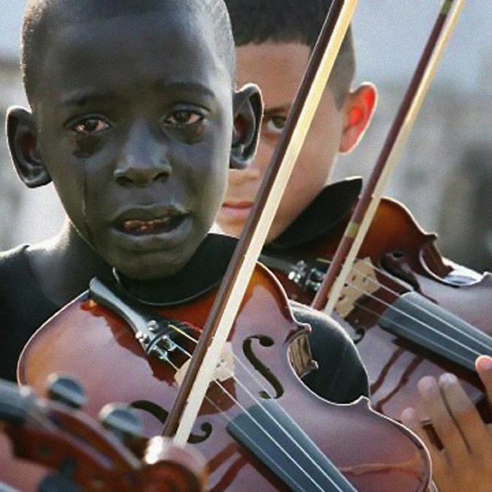 Niño llora tocando el violín