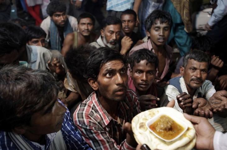 hindúes sin hogar reciben alimentos