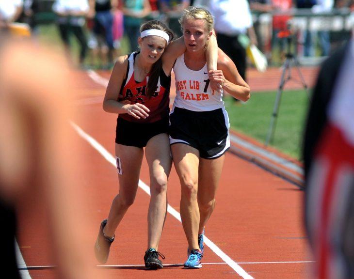 corredora lastimada es ayudada por otra durante carrera