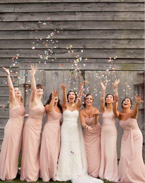 novia y damas aventando confeti