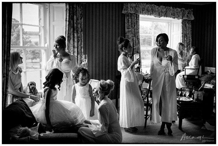 grupo de damas y novia en habitación de hotel antes de ceremonia