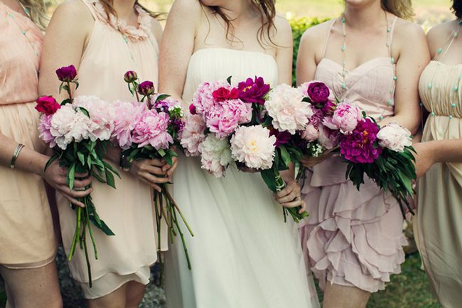 detalle de vestidos y bouquet de damas y novia