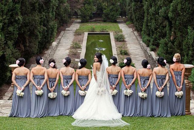 damas de espalda y solo novia voltea