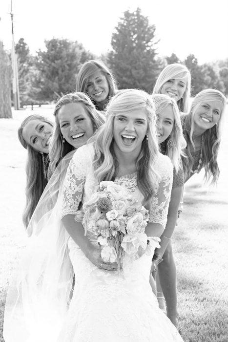 novia con damas detrás de ella
