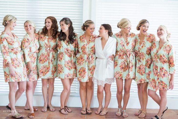 novia con damas vestidas con bata igual