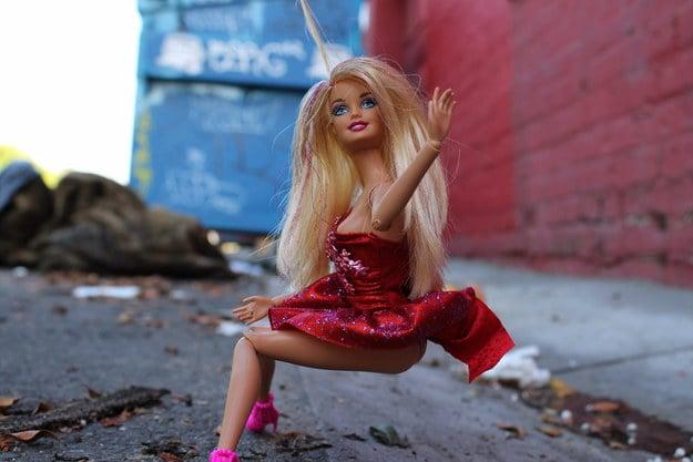 barbie orinando en la calle