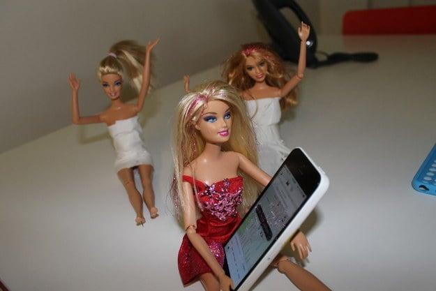 muñecas barbies hablando por teléfono