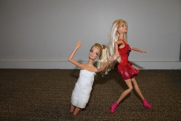 barbie arrastra a una amiga para irse