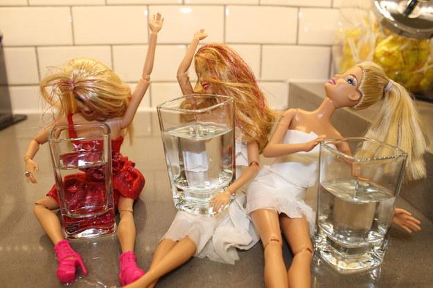 tres barbies borrachas con shot de tequila en las manos