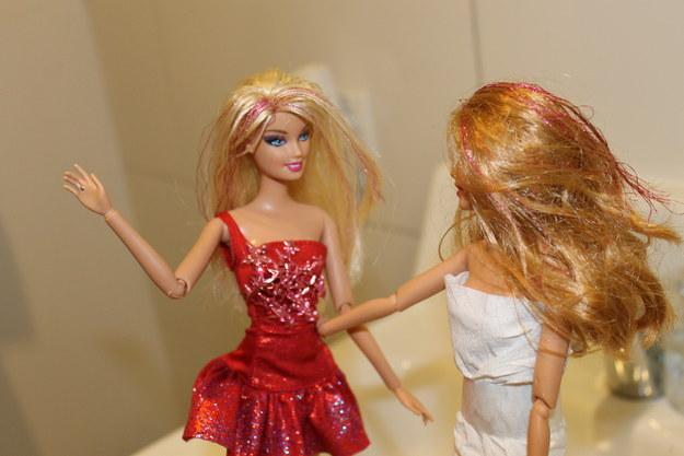 barbie platica con otra