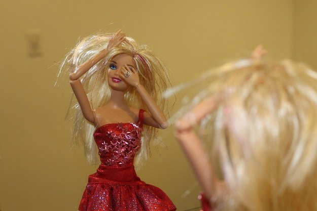 barbie se ve en el espejo cruda y desvelada