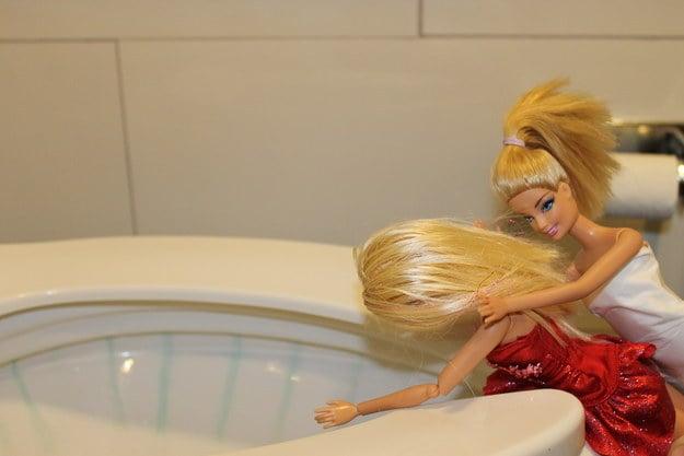 foto barbie vomita en wc