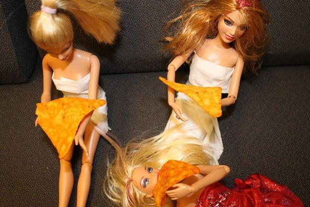 foto barbie comiendo Doritos