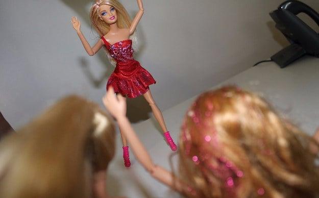 foto barbie modela ropa para sus amigas