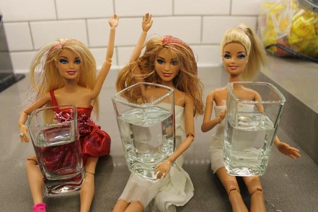 tres miñecas barbie con vaso de shot