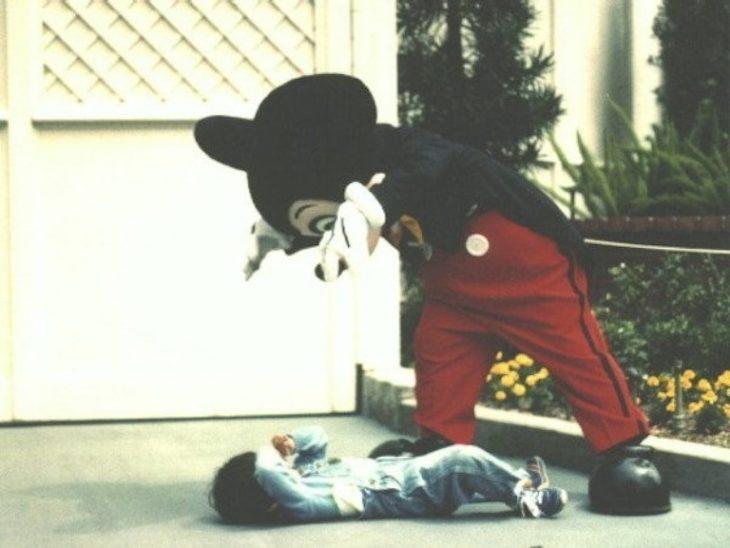 mickey malo asustando a un niño