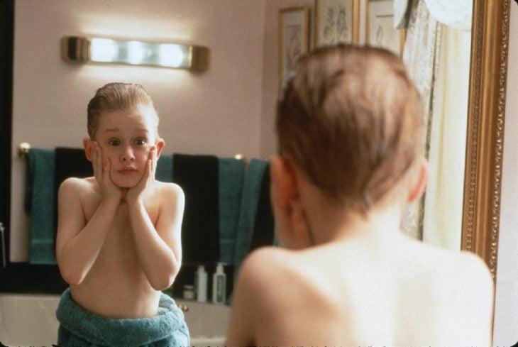 niño se ve en espejo asustado