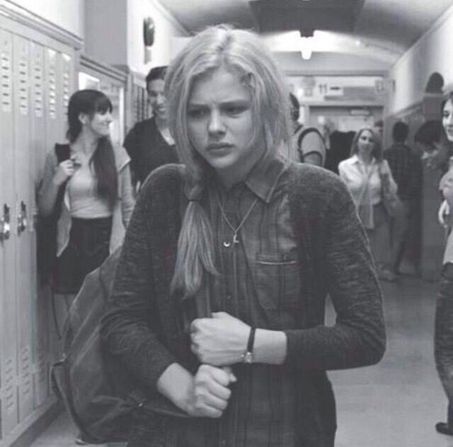 chica se aleja de la gente en la escuela