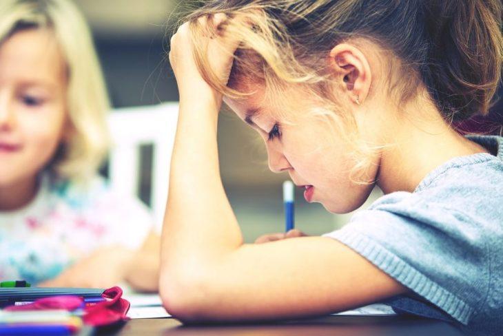 niña con problemas en la escuela