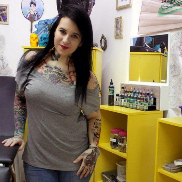 Artista del tatuaje flavia parada en su estudio