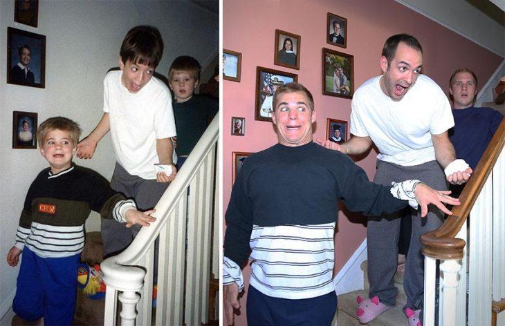 Padre y tres hombres adultos recreando la imagen de cuando eran pequeños
