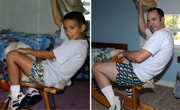 Hombre recreando una imagen de cuando era niño sobre un cabalo de madera