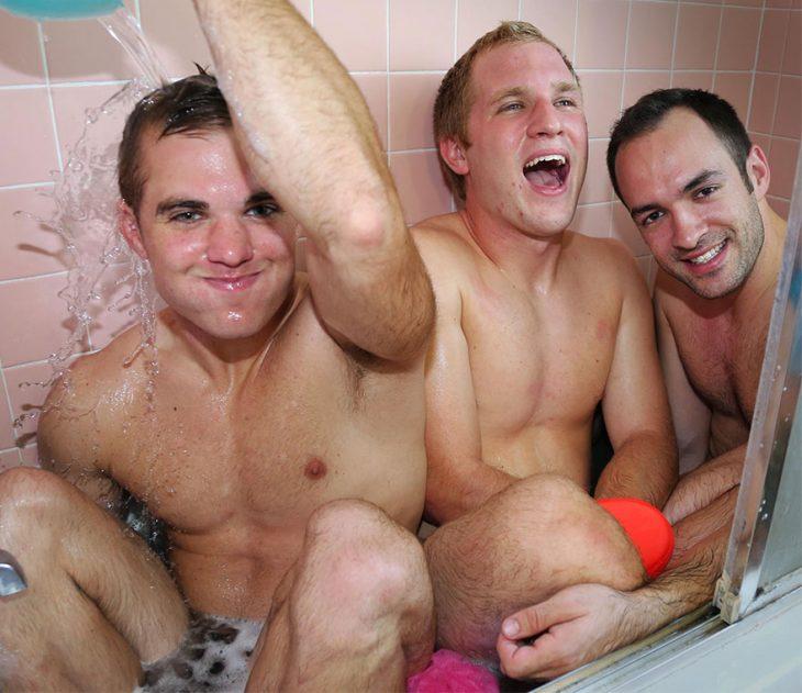 tres hombres dentro de una bañera