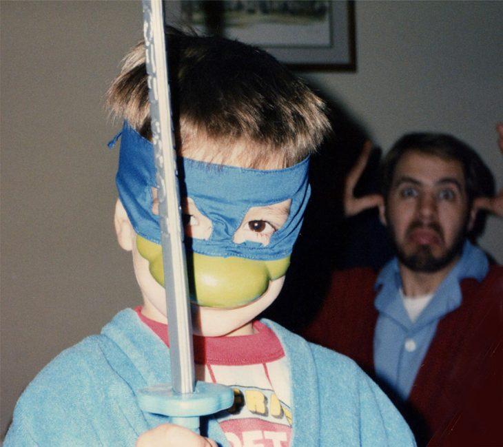 Niño vestido de tortuga ninja
