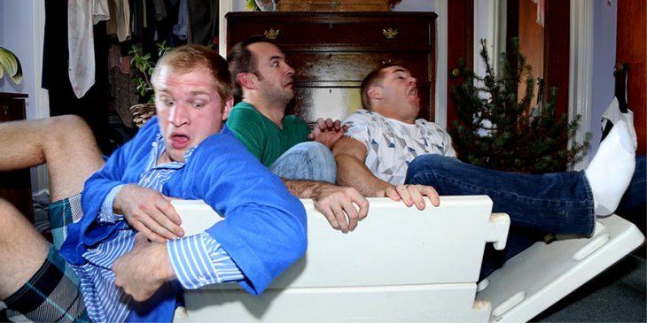 Hombres sentados dentro de una hielera